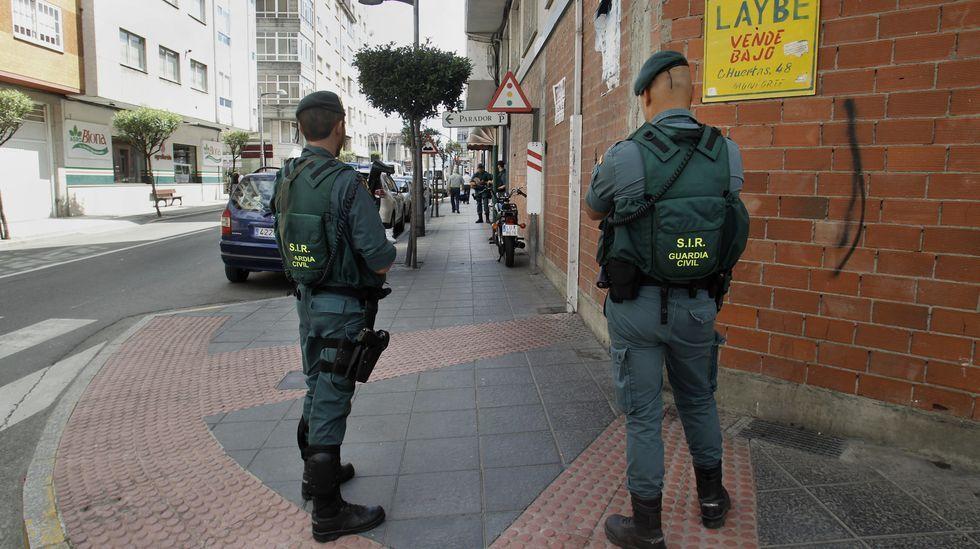 Dos agentes de la Guardia Civil, esta mañana en la esquina entre las calles Roberto Baamonde y Central, cerca del portal de un piso relacionoado con los detenidos