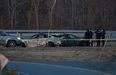 Policías canadienses inspeccionan el estado de dos coches que colisionaron con el autor de la matanza de Portapique durante su huida