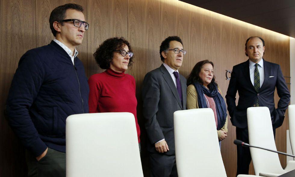 <span lang= es-es >Pleno respaldo al equipo actual</span>. El trabajo de Varela y Nespereira, a la izquierda, fue resaltado por Antonio Piña, Pilar López-Guerrero y Florentino Delgado, en el día europeo de la mediación.