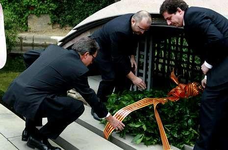 Mas hizo una ofrenda ante la tumba de Lluis Companys, presidente de la Generalitat republicana.