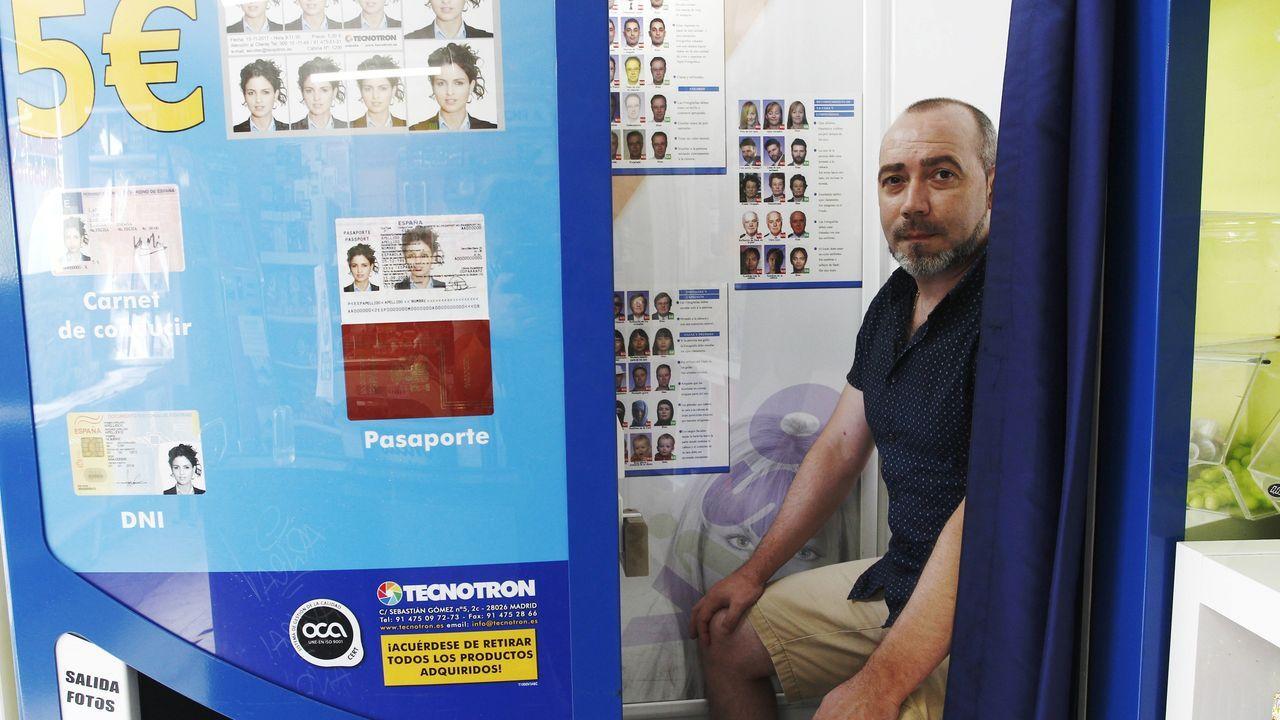 Juan Galdo, dueño de Kiosko San Amaro, con el fotomatón de Tecnotron