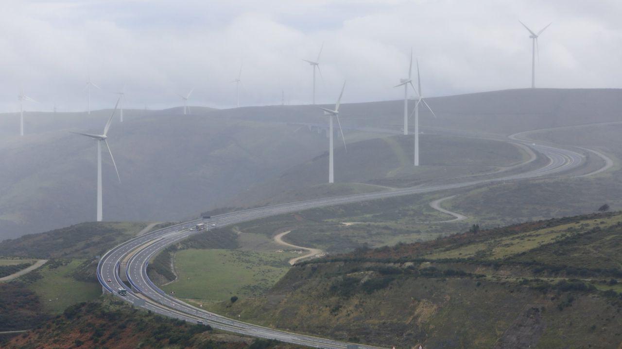 Vista aérea de la autovía, con algo de niebla, a su paso por O Fiouco