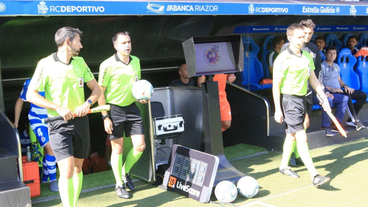 Playa de San Lorenzo, gijón.El trío arbitral del Deportivo-Real Oviedo pasa al lado de la pantalla del VAR