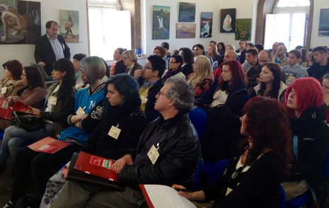 Los asistentes atienden la conferencia del profesor Rubén Lois