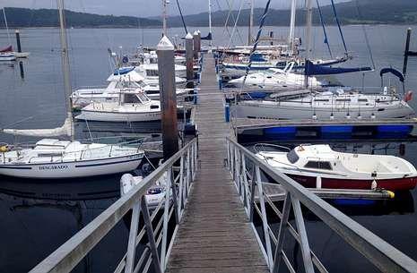 Los servicios del puerto deportivo de Camariñas lo han convertido en un lugar de referencia.