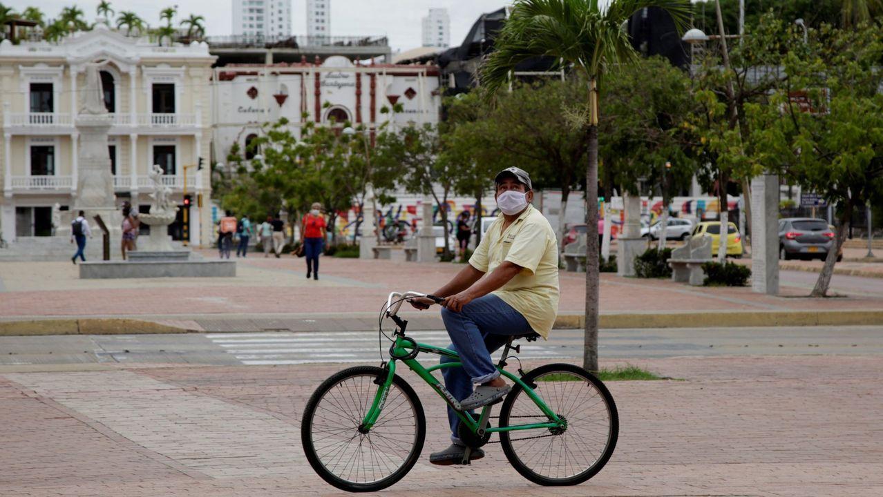 Un hombre pasea por el centro de de Cartagena de Indias