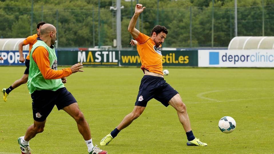 Último entrenamiento del Deportivo antes de partir rumbo a Vitoria.Luis y Vázquez, en el entrenamiento de hoy