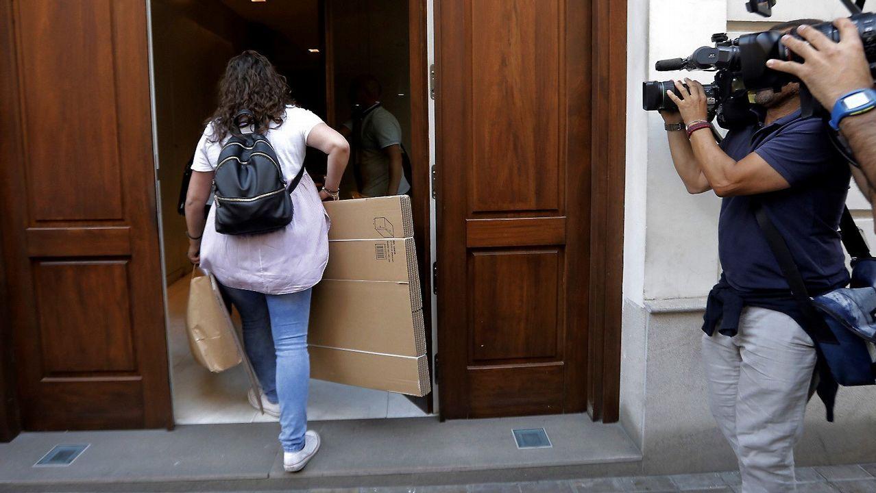 Un agente de la UCo de la Guardia Civil entra en el domicilio de Eduardo Zaplana en Valencia