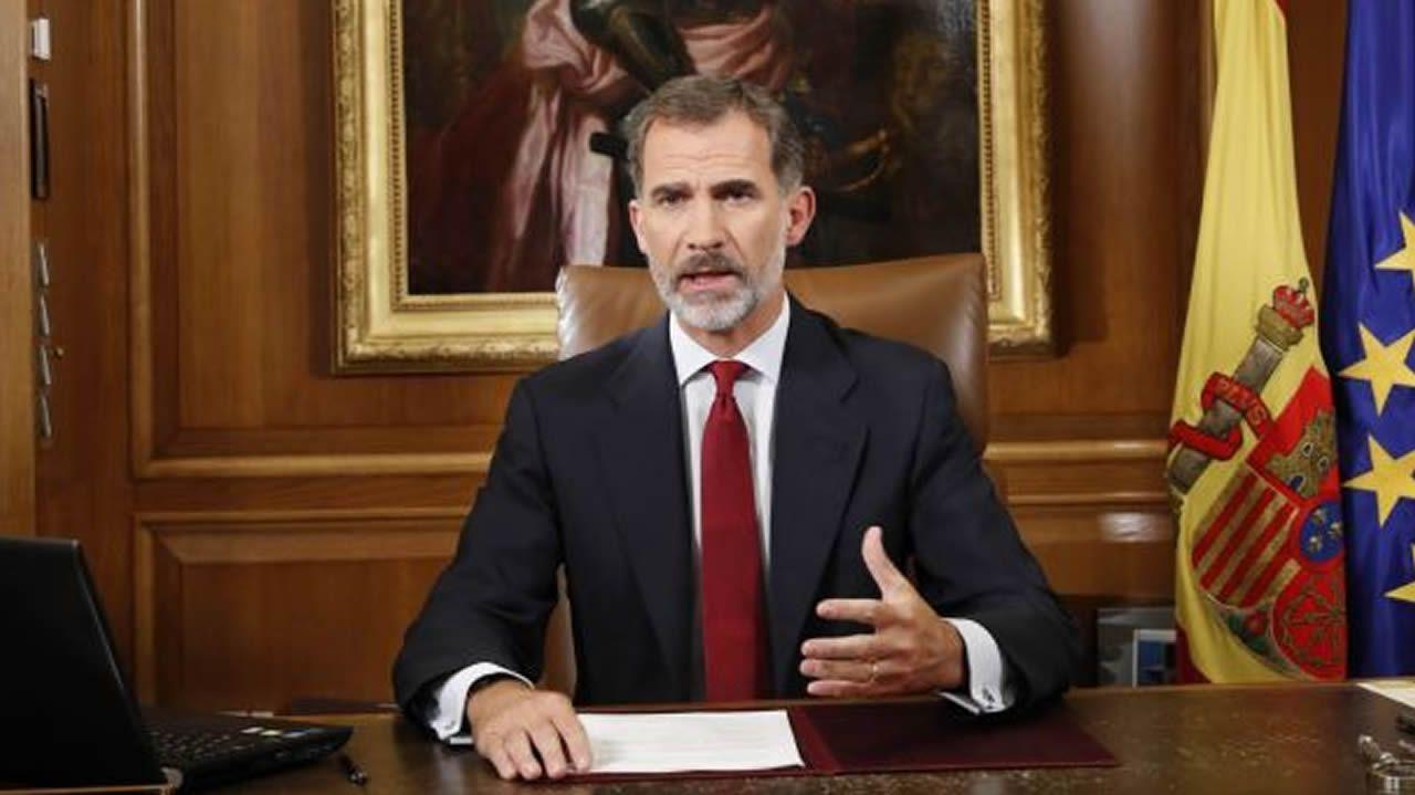 Mensaje del rey Felipe VI a los españoles el martes 3 de octubre. El monarca acusó a las autoridades catalanas de quebrantar los principios democráticos y la convivencia, y de poner en riesgo la estabilidad de España. «Deslealtad inadmisible», dijo.