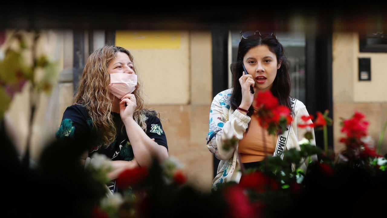 PUERTA LA VILLA GIJON. Dos mujeres en el mercado de El Fontán de Oviedo