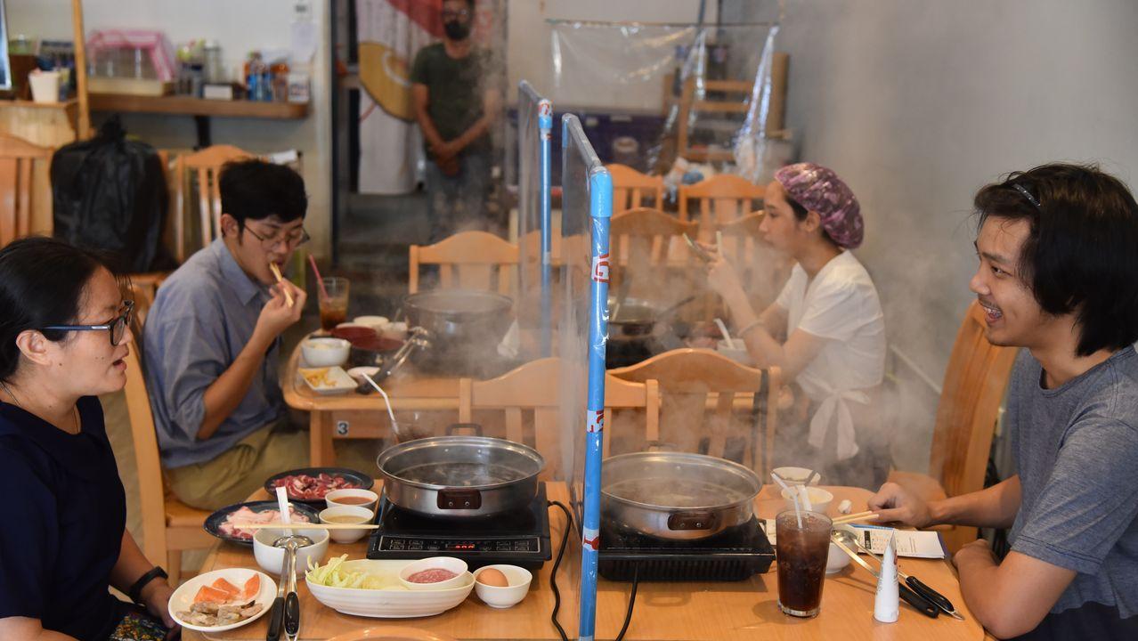Las mamparas protectoras se han convertido en un elemento más en los restaurantes de Tailandia