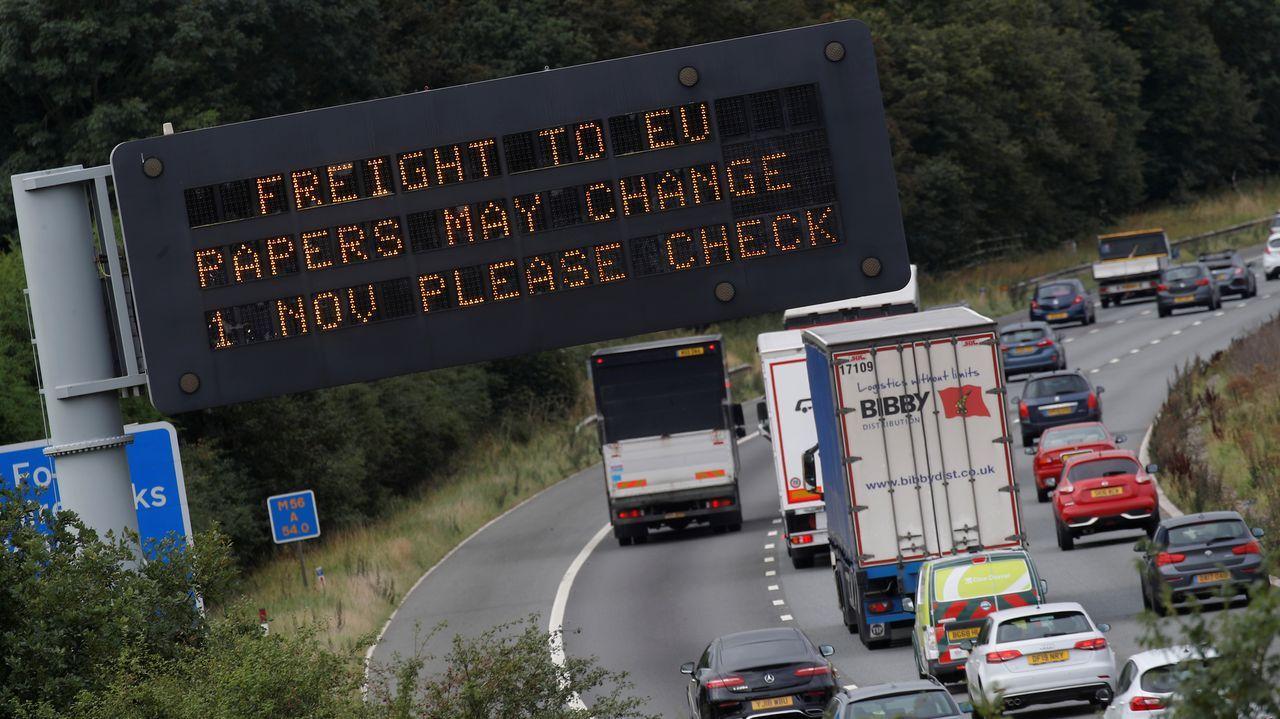 Un cartel en la autopista M56 cerca de Chestero informa  sobre posibles cambios en los procedimientos de carga después del «brexit»