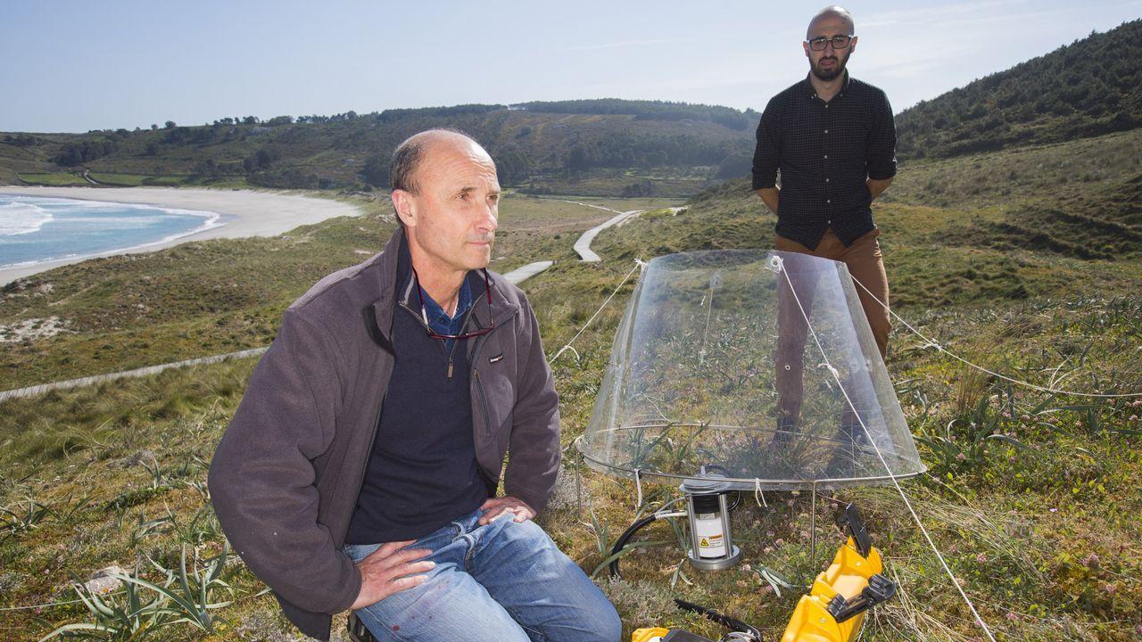 La ONU ficha a dos gallegos para el cambio climático.Una pareja observa la playa vizcaína de Erega, sin bañistas como consecuencia del mal tiempo en la cornisa cantábrica