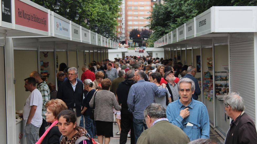 separadas.Público en la primera jornada de la Feria del Libro de Gijón, en Begoña