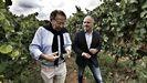 Roberto Verino y David Regades, de la Zona Franca de Vigo, visitaron los viñedos de Gargalo, en la D. O. Monterrei