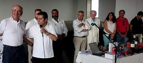 José Manuel Pato (segundo por la izquierda) entregó el emblema de la RLNE a Jacobo Rey (primero por la izquierda).
