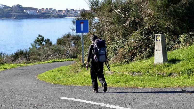 Junio arranca con decenas de peregrinos en Santiago.Diego Calvo presentó ayer el patrimonio de la comarca y la provincia ante expertos y medios de comunicación.