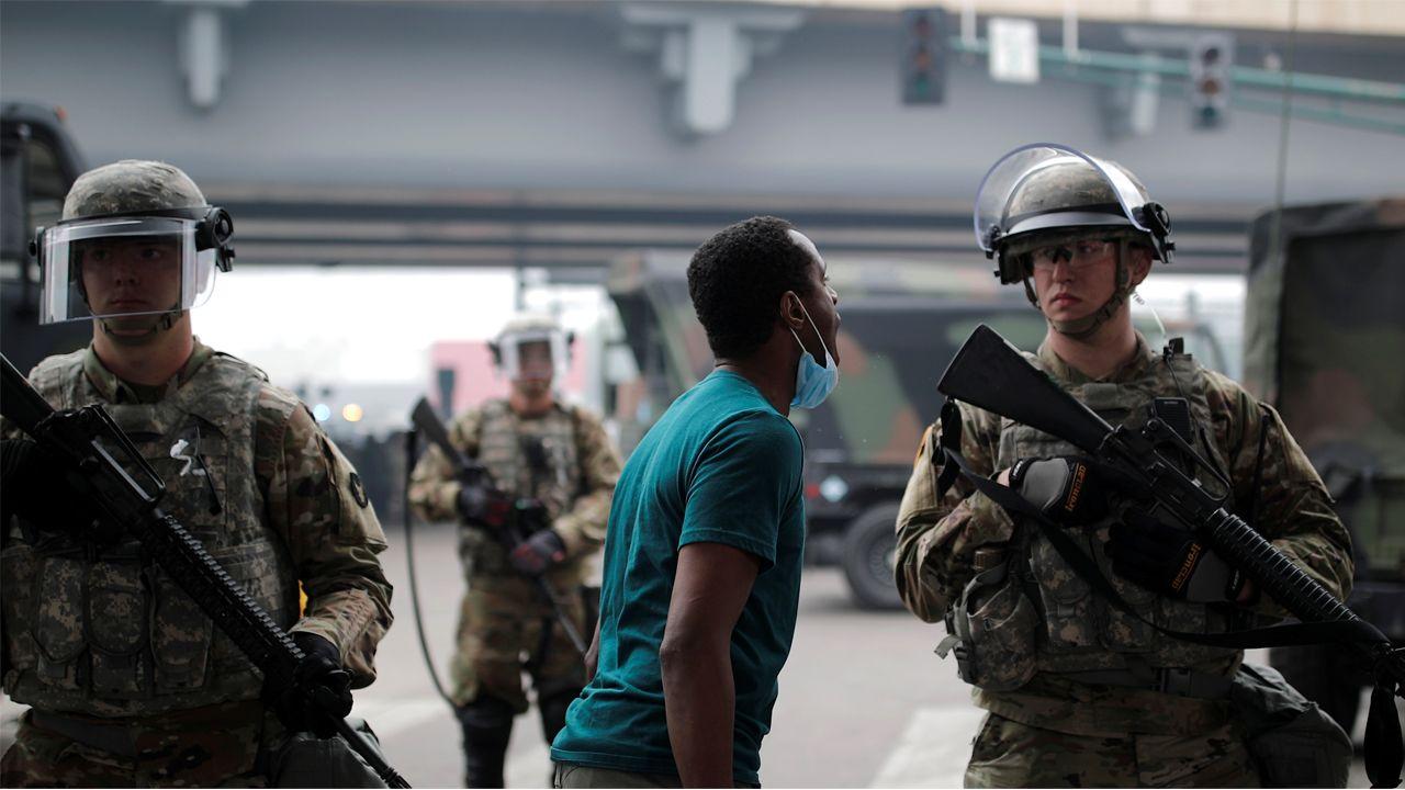 Un joven protesta a un soldado de la Guardia Nacional desplegado en la ciudad de Minneapolis