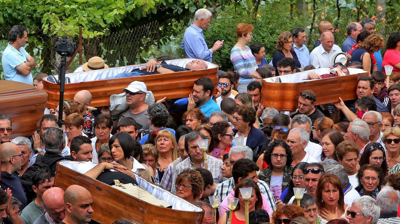 El campo de la iglesia quedó atestado de miles de curiosos y feligreses