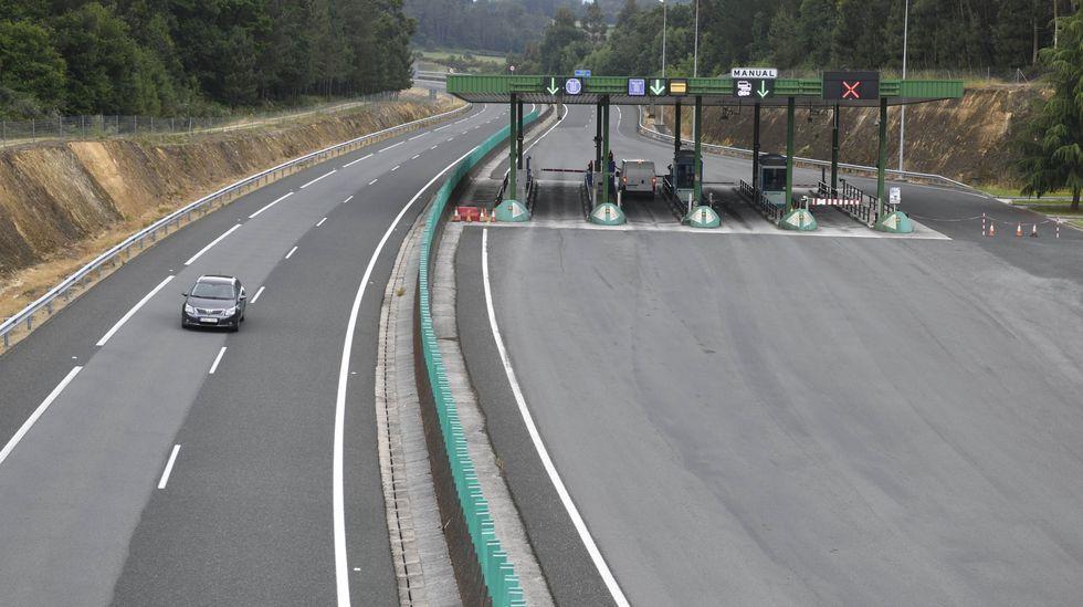 Arreglan provisionalmente lis baches de la autovía Vigo-Ó Porriño a la altura de las curvas de Tameiga .Parte de los 39 vehículos implicados en el accidente ocurrido el 26 de julio del 2014