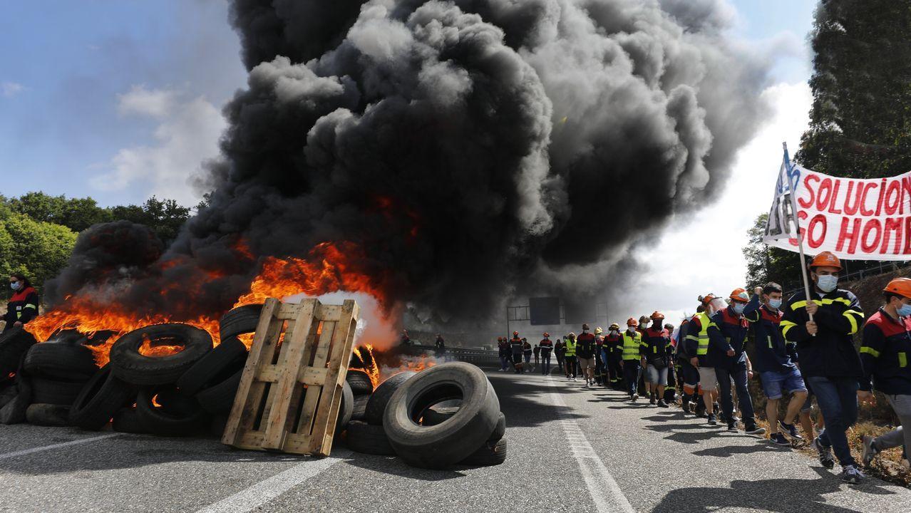 Las imágenes de las barricadas en la A-8.Minutos después de las diez de la mañana de este jueves, el emisario esparció restos fecales en la dársena celeirense