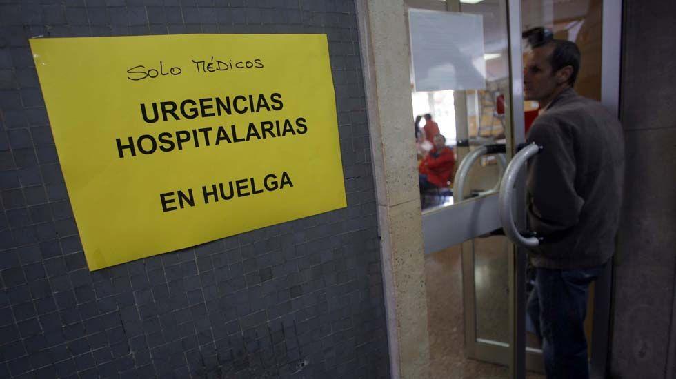 Un cartel anuncia una huelga médica en un centro sanitario del Principado.Un cartel anuncia una huelga médica en un centro sanitario del Principado