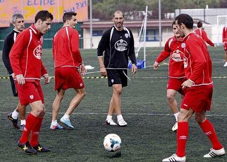 Vídeo resumen del Lugo 1 - Sabadell 0.Iago Díaz, con el cuero, trata de esquivar la entrada de un futbolista del Sabadell.
