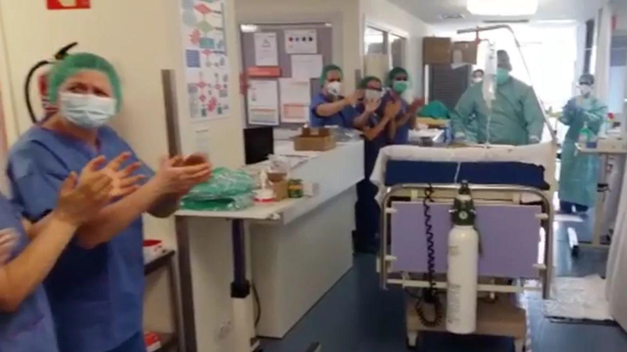Traslado de la paciente desde la UCI en el hospital San Agustín de Avilés.