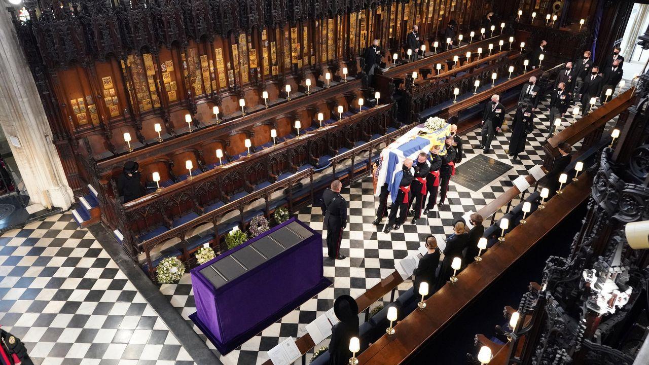 La reina Isabel observa cómo los porteadores colocan el féretro de su marido en el interior de la capilla