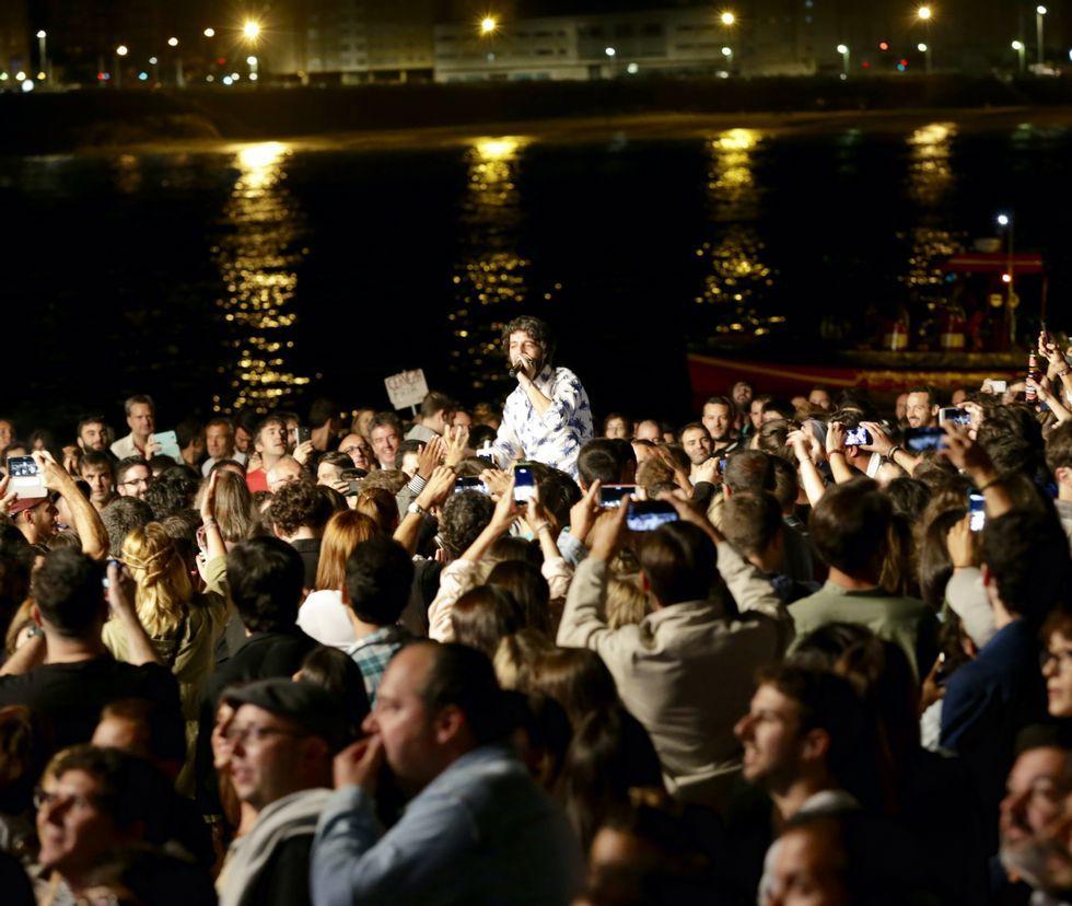 Bono con Silvia Rábade de Escuchando Elefantes interpretando «Every Breaking Wave».El cantante de Sidonie, a hombros por la playa.