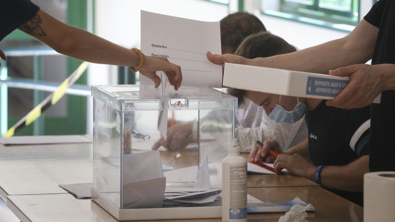 Asívotó A Coruña en las primeras elecciones poscovid.Primeros votantes en Ourense