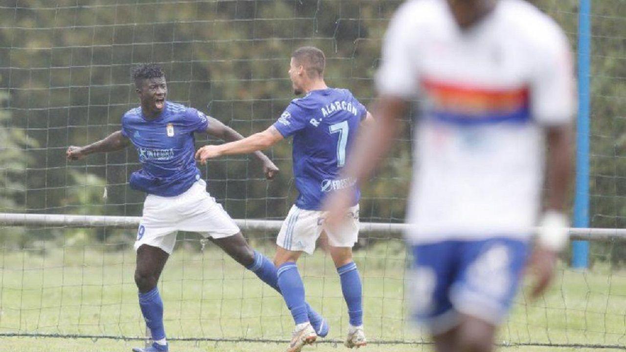 gol Obeng Alarcon Vetusta Langreo Requexon.Obeng y Alarcón celebran el primer gol ante el UP de Langreo