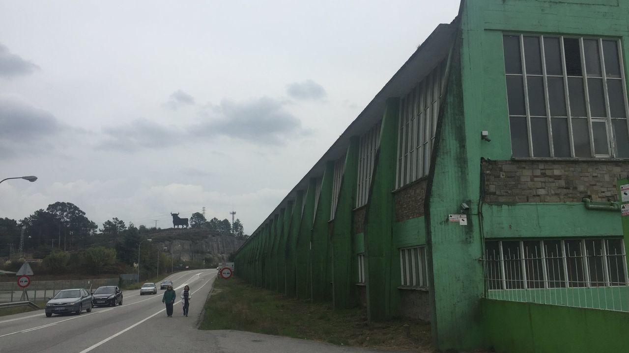 SOS por la ría de O Burgo.PASAJEROS EN LA ZONA DE LLEGADAS EN EL AEROPUERTO DE ALVEDRO
