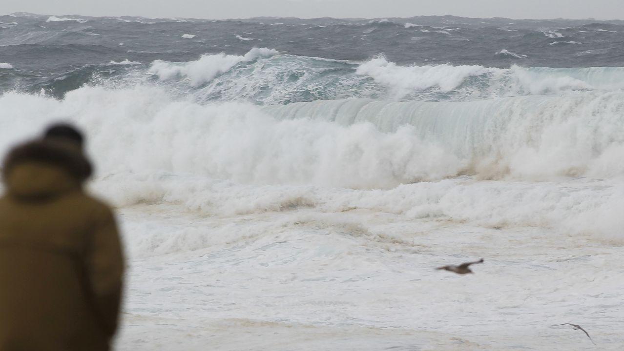 Contemplando el bravo oleaje que el temporal deja en Doniños