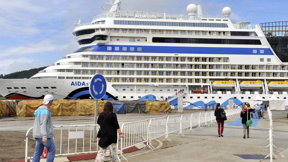 Un grupo de cruceristas retornando al buque amarrado en Ferrol
