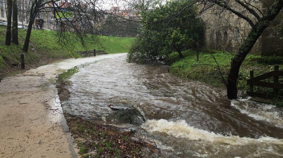 El río Gafos, desbordado a su paso por Pontevedra.