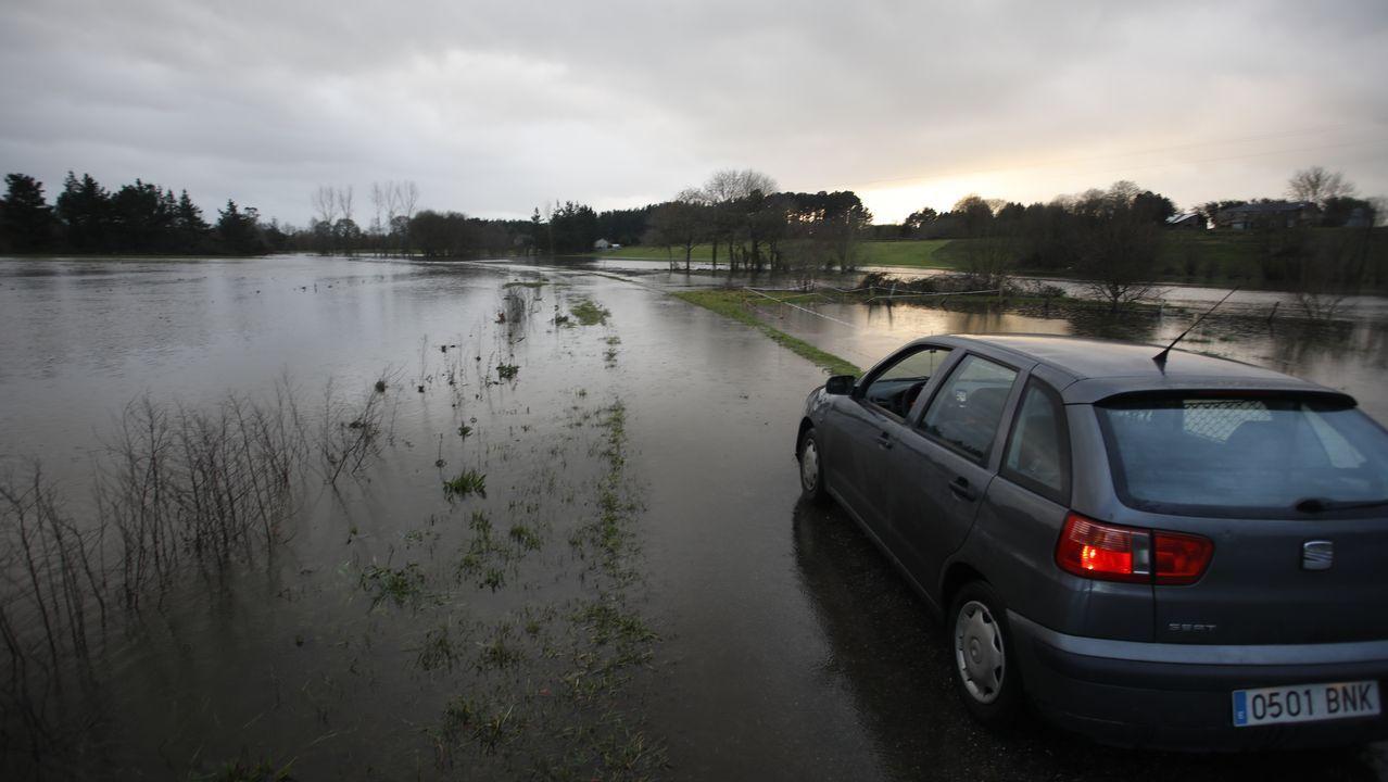 A 180 kilómetros por hora por la autovía del Cantábrico.Las lluvias han dejado inundaciones en Terra Chá, en concreto en Ponte de Outeiro, en Castro de Rei