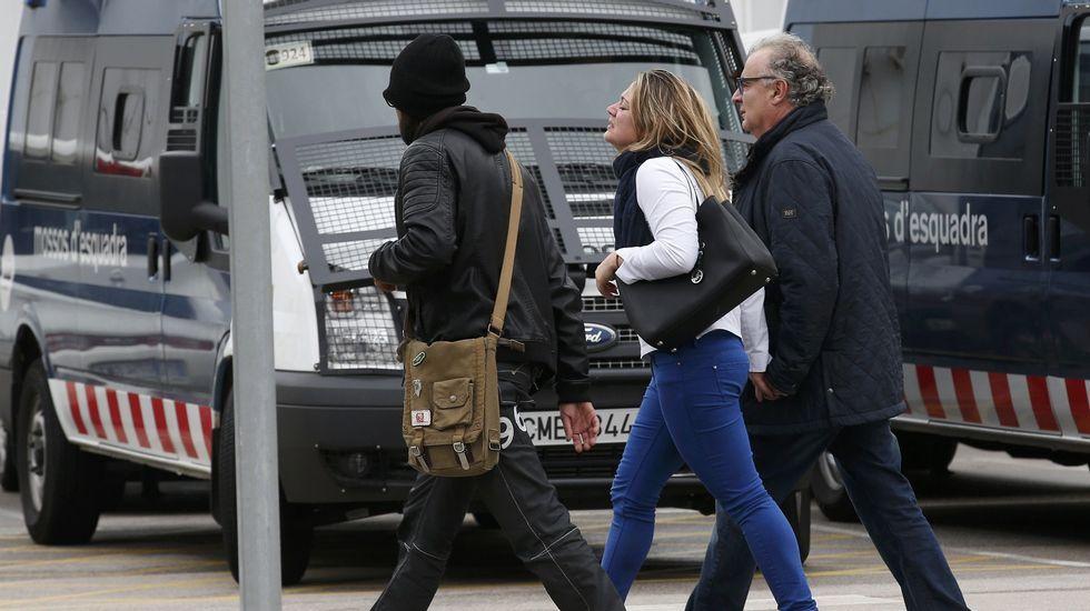 Varias personas se han identificado como familiares de algunos pasajeros en El Prat y la policía les ha acompañado a la sala habilitada para atenderles.