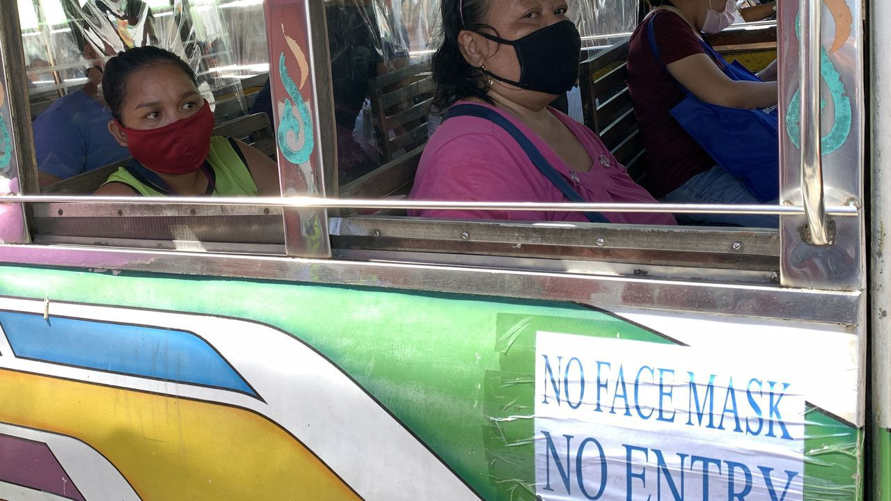 Usuarios de un autobús, hoy en Covite, Filipinas