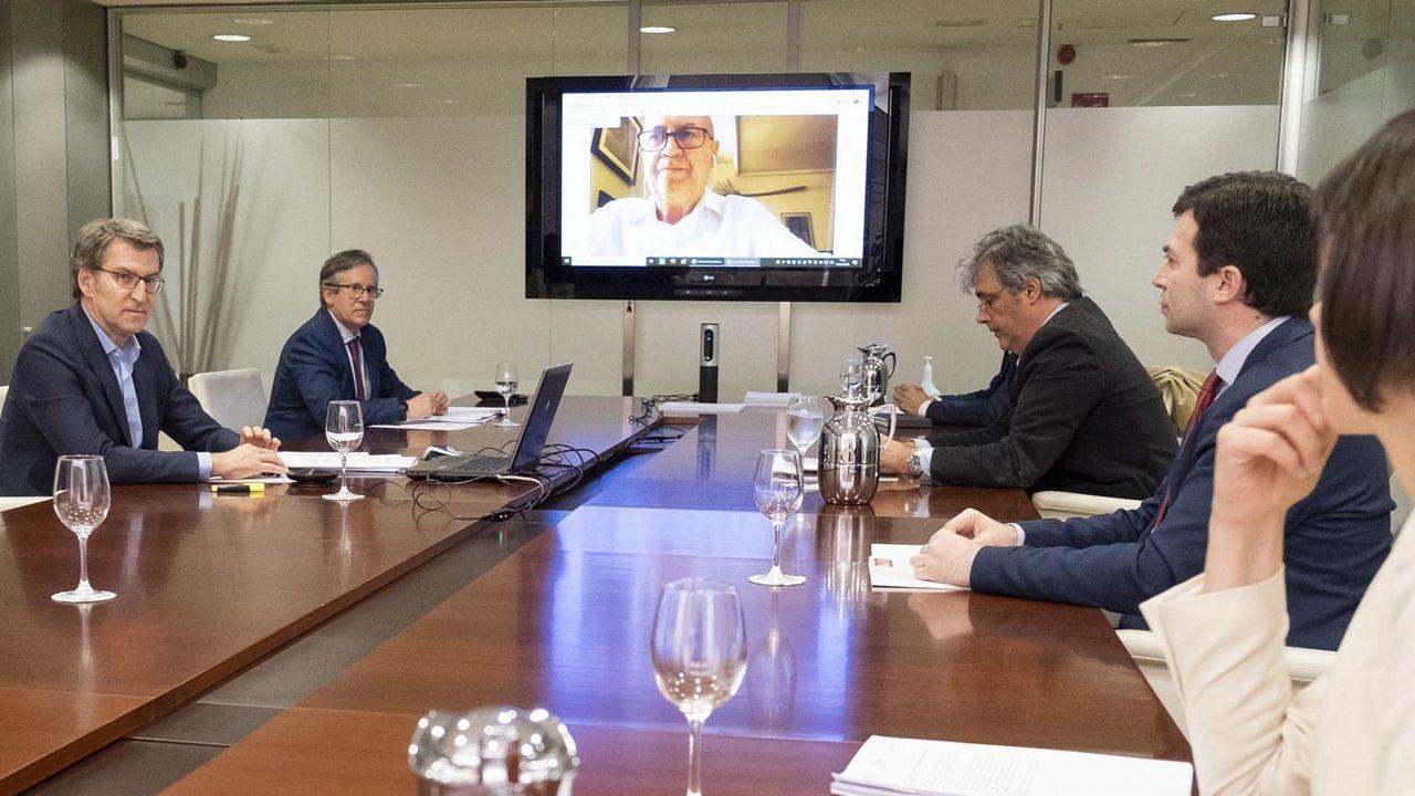 Feijoo, con sus colaboradores, llegando a la reunión de este jueves en San Caetano