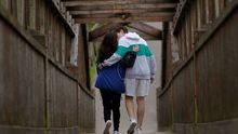 Una pareja pasea por el parque de Invierno de Oviedo