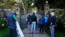 Técnicos enviados por los Franco, el 8 de octubre a las puertas del pazo de Meirás para examinar los bienes que la familia quiere llevarse.