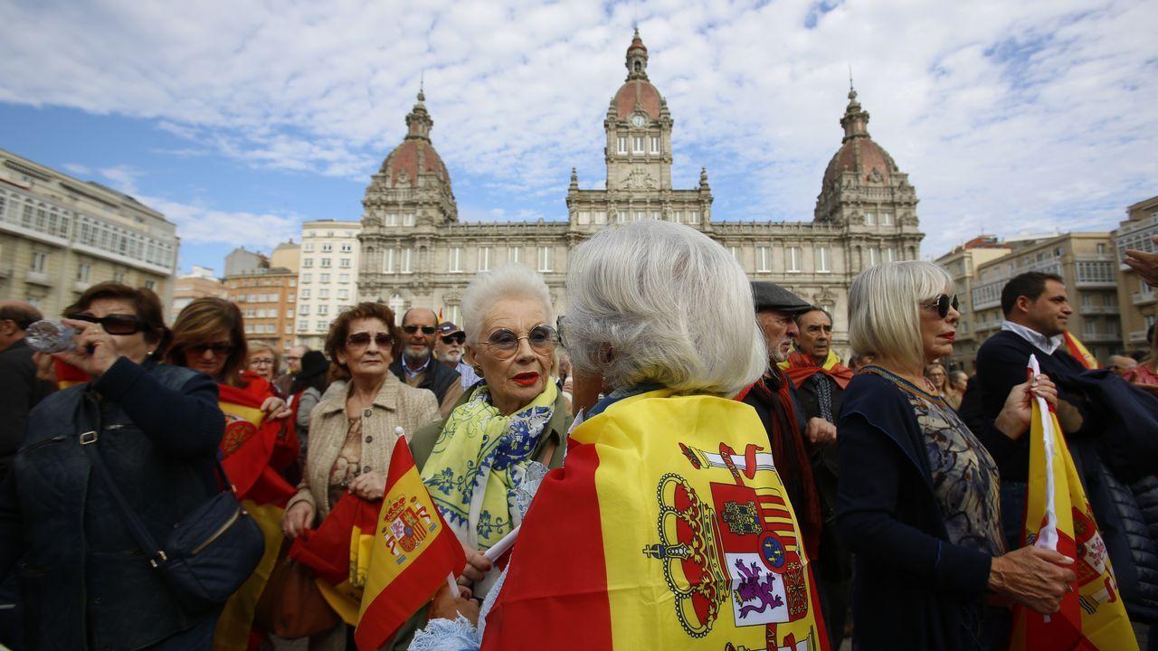 Cientos de personas acudieron a María Pita en defensa de la Constitución.El historiador gallego Núñez Seixas