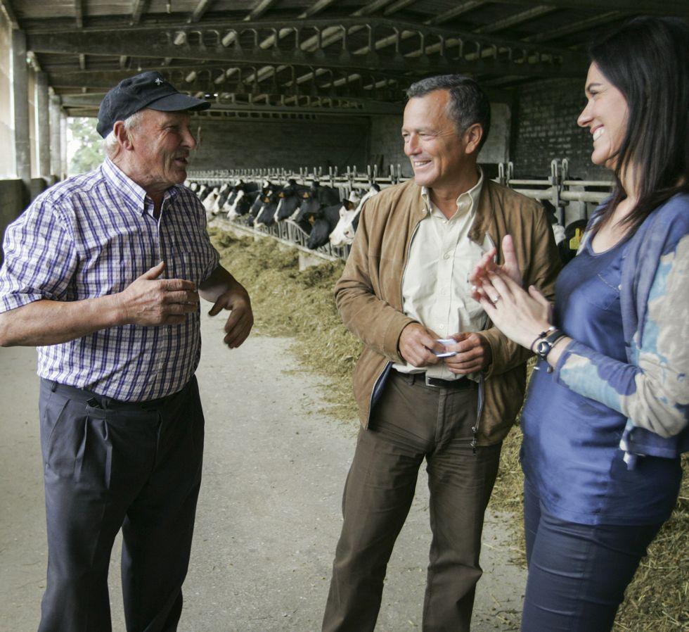 Agustín Hernández y Paula Prado en una ganadería de Aríns.