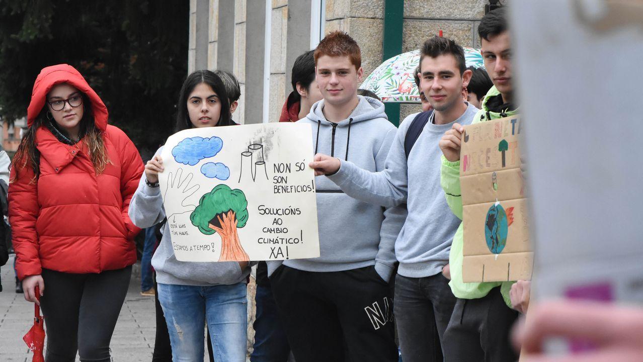 Concentración por la emergencia climática delante del instituto Laxeiro en Lalín