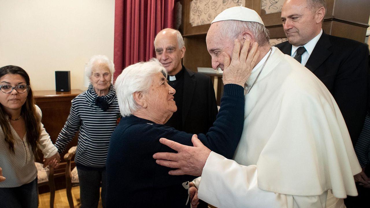 acoso escolar, bullying. El Papa Francisco saluda a una mujer durante su visita al centro para personas con alzhéimer  Villaggio Emanuele el pasdo viernes