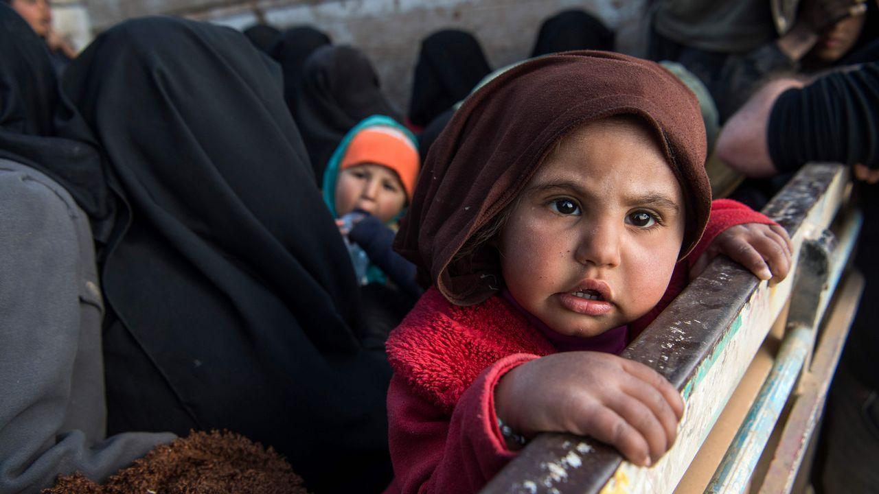 Mujeres y niños son evacuados en un camión de Baghuz, el último reducto del Estado Islámico