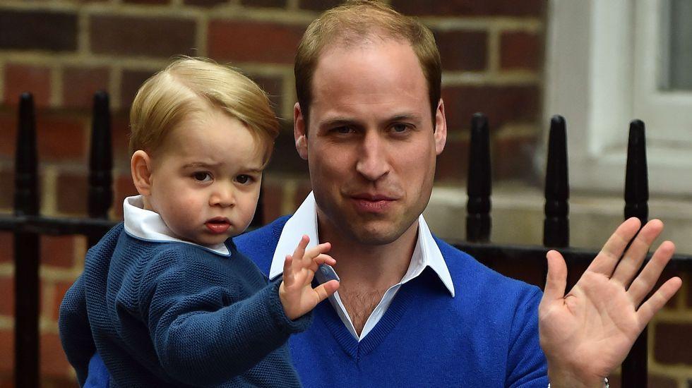 El príncipe Guillermo, acompañado de su primogénito Jorge, llega al hospital