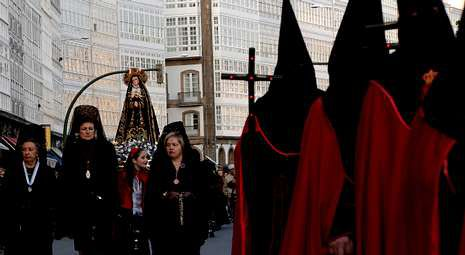 Entierro del cura Manuel Riveiro en Cerceda.Numerosos devotos participaron en la primera procesión de la Semana Santa de este año acompañando a la Virgen de los Dolores.