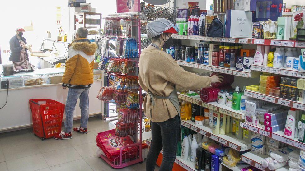 Normalidad en la actividad del supermercado de As Neves, en A Capela, municipio libre de coronavirus